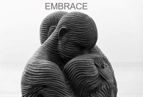 Embrace the real world zeigt zwei Skulpturen, die sich umarmen